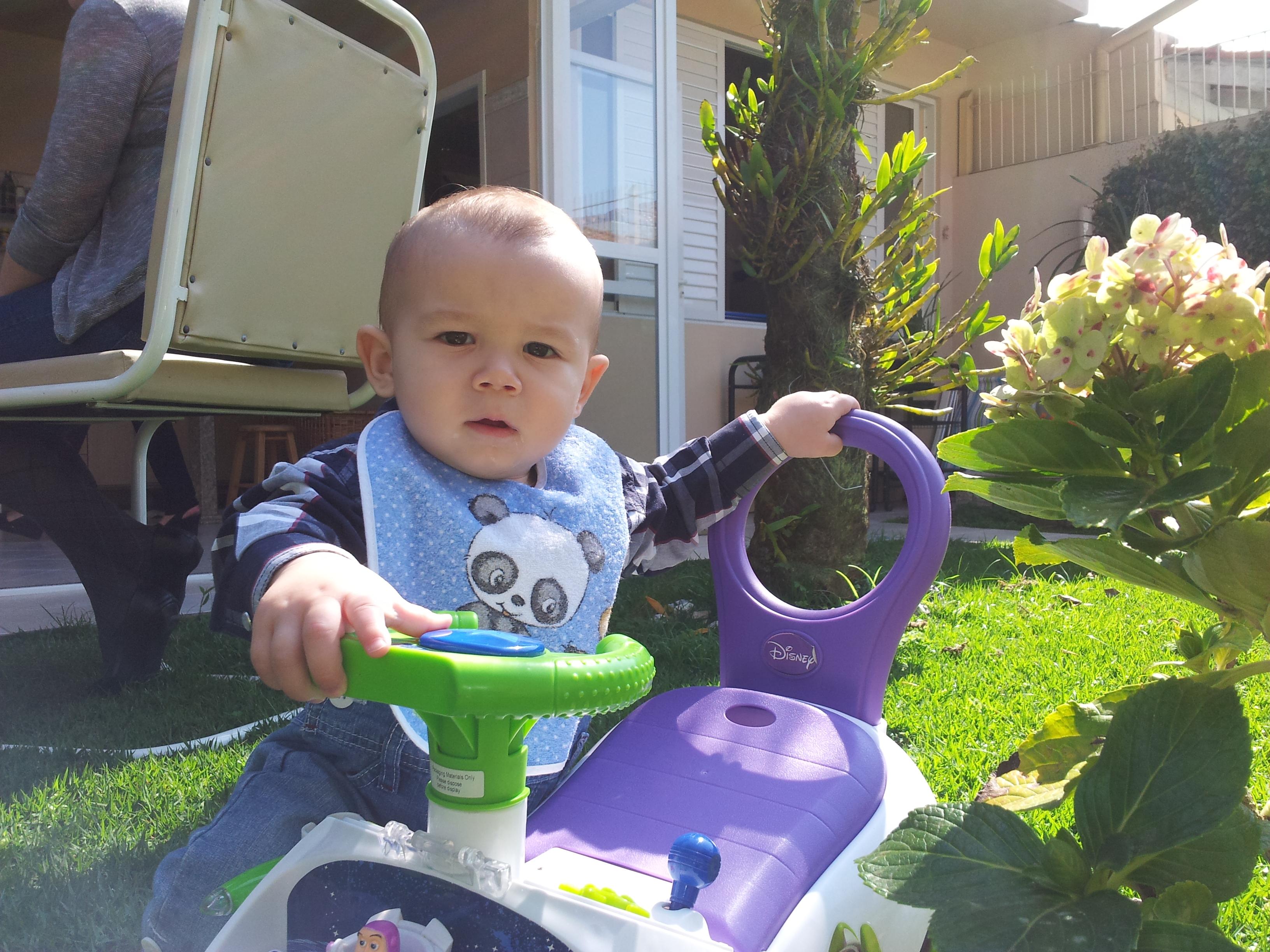 Arthur brincando com o carrinho