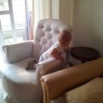 Arthur na poltrona da sala - subiu sozinho