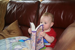 bebe lendo 2