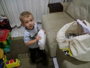 Arthur abrindo os pacotes ao voltar da escola