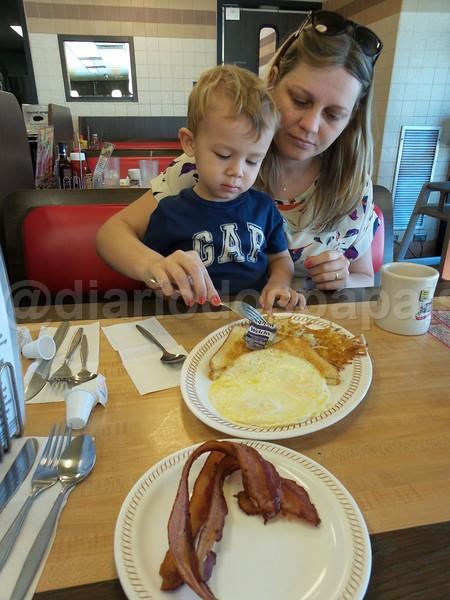 Café da manhã na estrada na Waffle House