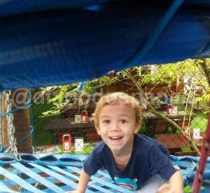 Arthur brincando na Vila Encantada em Pomerode, SC
